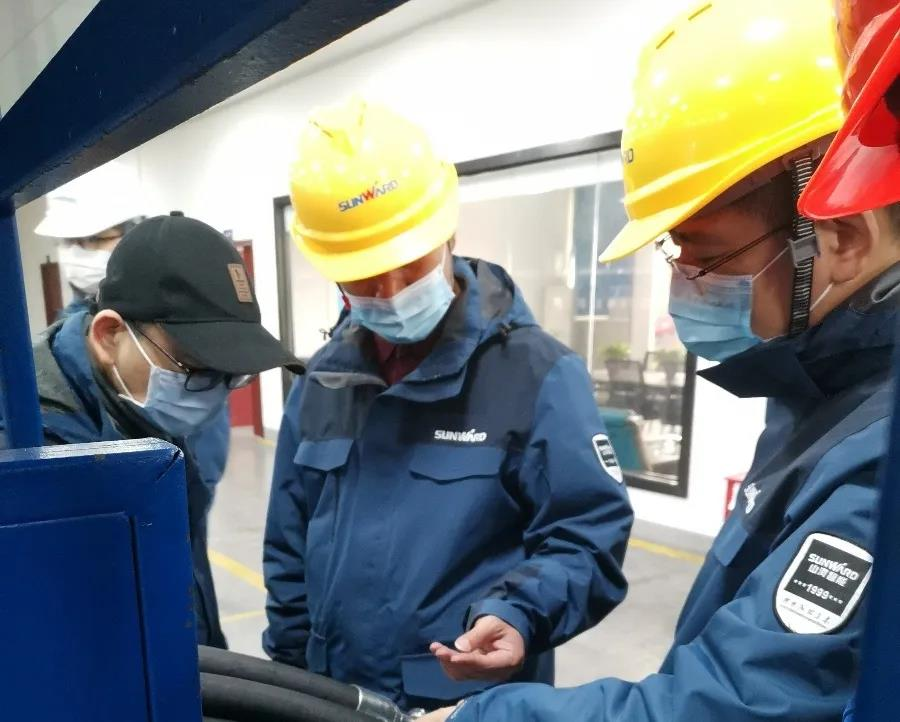 Fu Xiangdong, general manager of the company, checked the environmental safety of the Sunward production plant